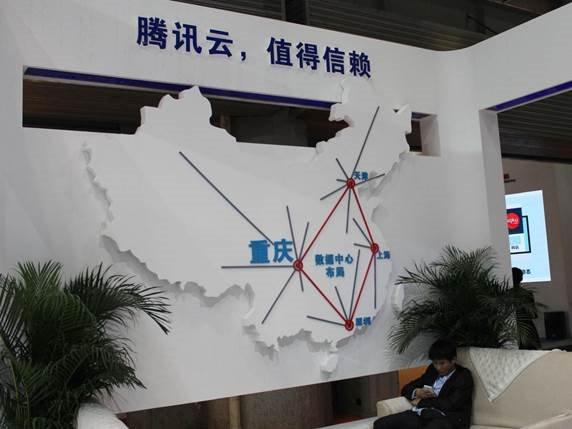 据介绍,腾讯重庆数据中心是继天津、上海、深圳三地之后的第四个大型数据中心。腾讯云与腾讯数据中心共享资源,确保腾讯云的用户能够享受与腾讯业务一致的基础设施和安全防护能力。通过云计算将腾讯积累十六余年的技术能力和运营经验分享给社会,经过几年的发展,腾讯云已经在国内确立公有云服务商的领导者地位。此外,腾讯云正在积极走向世界,推动国际化布局。腾讯云相关负责人表示,继去年开放香港数据中心后,腾讯云北美数据中心也已经完成建设,将于4月下旬正式投入使用。腾讯云的飞速发展和各地数据中心的相继落成,将为中国企业在全球市场
