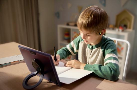 如何保护儿童听力?选对耳机是关键,家长可随时监督使用
